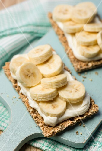 Crisp bread topped with cream cheese and bananas