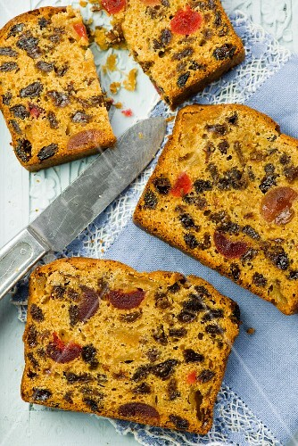 Slices of fruit cake with a knife (seen from above)