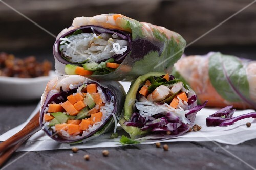 Summer rolls, filled with vegetables and prawns (close-up)