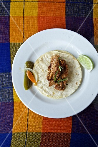 Corn tortillas with chicken, gherkins and limes (Mexico)
