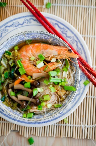 Noodle soup with shrimps and shimeji mushrooms (Asia)