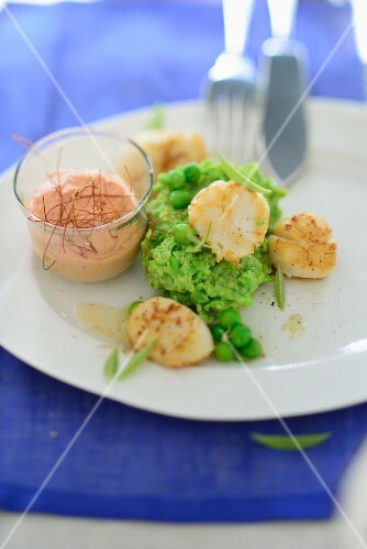 Scallops on mushy peas