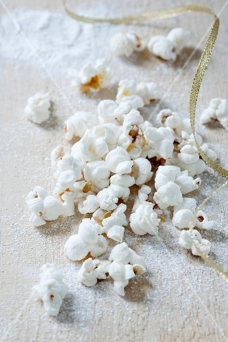 Christmas popcorn with icing sugar and cinnamon