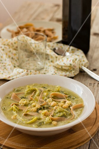 Chickpea soup with savoy cabbage and pasta