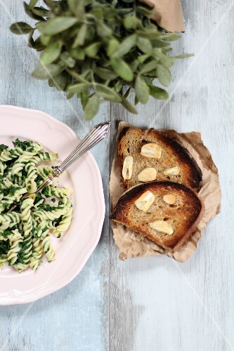 Pasta with spinach, and garlic bread