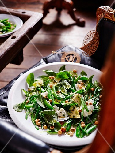 Salad with baby spinach and hazelnuts
