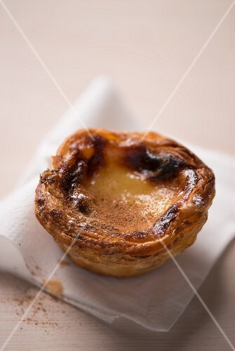 Pastel de Nata (Portuguese pudding tartlet) with cinnamon