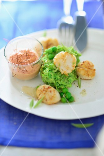 Fried scallops on mushy peas