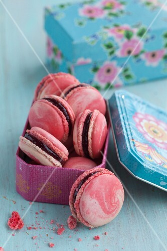 Marbled macaroons with cherries