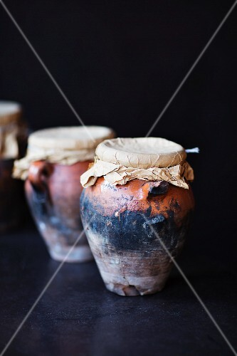 Meat dishes in terracotta pots cooked in a hamam oven