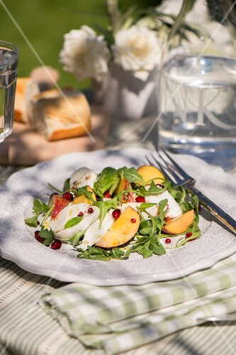 Fruity rocket salad with chicken and pomegranate seeds
