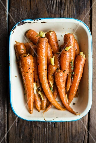 Glazed carrots with thyme (seen from above)