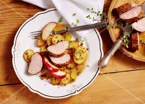 Nuremberg pork fillets with marjoram and apple wedges
