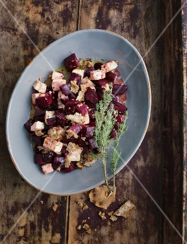 Beetroot salad with crispbread and thyme