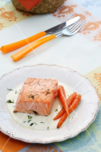 Braised salmon with carrots and onion sauce