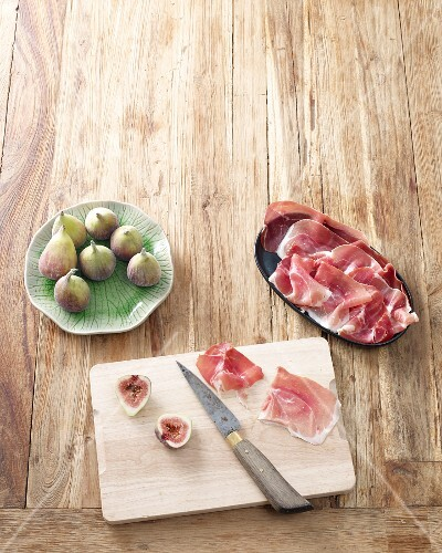 Ingredients for fig skewers with ham