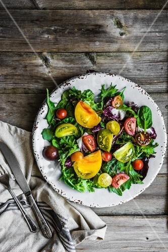 A mixed salad with spinach, rocket and heirloom tomatoes