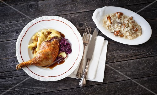 Duck leg with red cabbage and a mushroom risotto (seen from above)