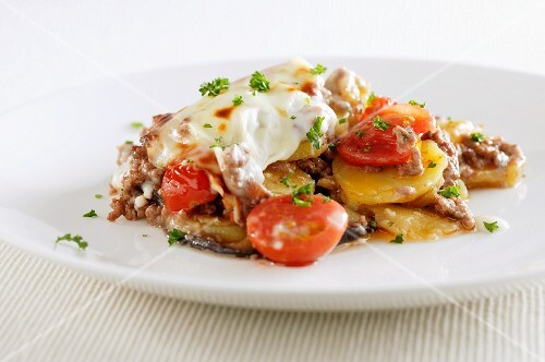 Potato, minced meat and tomato bake
