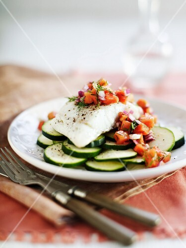 Cod fillet with papaya on sliced courgettes