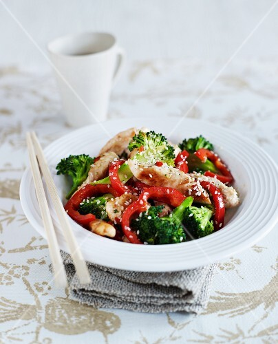 Stir-fried garlic and sesame chicken with broccoli and peppers