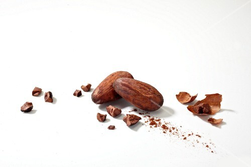 Cocoa beans with broken pieces