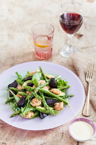 Asparagus salad with beetroot and prawns