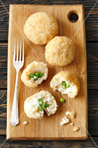 Arancini (fried rice balls with peas)