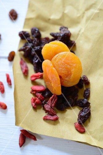 Dried fruit: apricots, goji berries and raisins