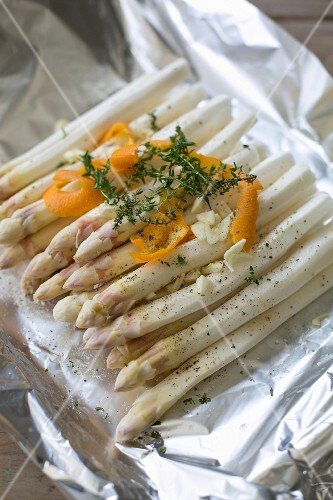 Asparagus with orange and thyme in aluminium foil