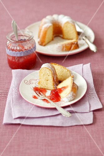 Lemon cake with strawberry jam