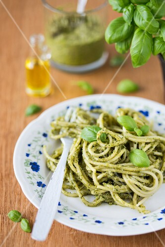Spaghetti with basil pesto