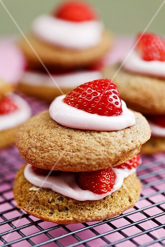 Whoopie pies with strawberries