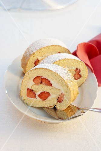 Sponge roll with strawberries