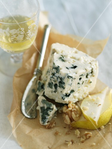 Blue Cheese with Walnuts, Pear and White Wine