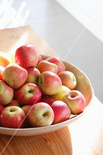 A pile of fresh apples in a bowl