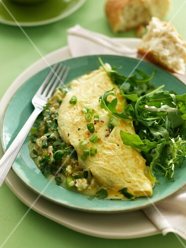 Omelette with green chilli peppers and a mixed leaf salad