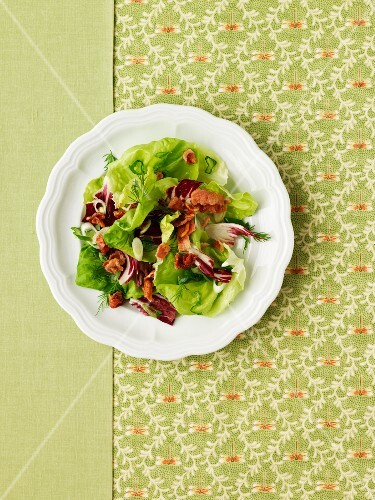 Mixed leaf salad with bacon