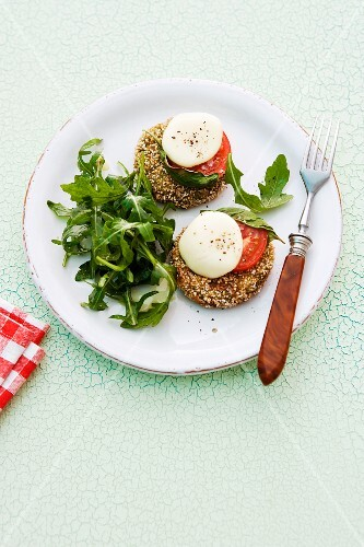 Spinach cakes with tomato, mozzarella and rocket
