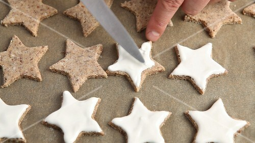 Cinnamon stars being made (US-English Voice Over)