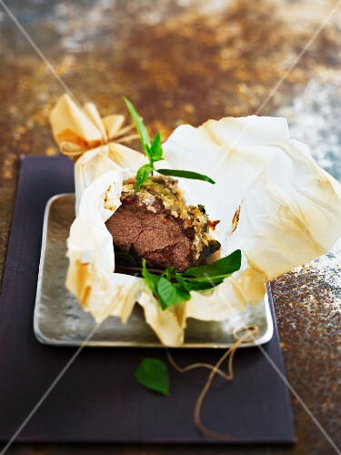 Beef in pergament paper with Thai basil