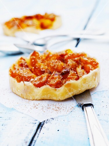 Mirabelle tartlet with cinnamon and sugar