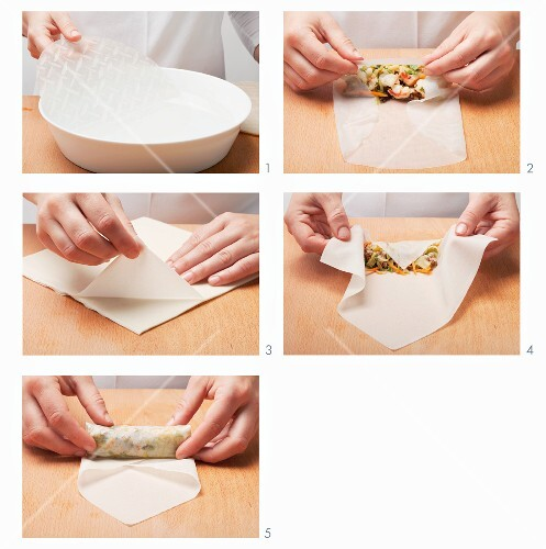 Filling and rolling up rice paper or spring roll pastry