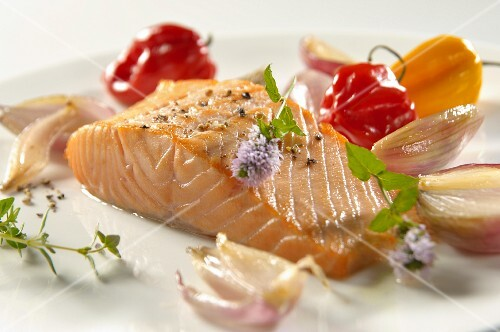 Salmon fillet with pepper, shallots, mini peppers, mint leaves and thyme