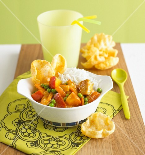 Chicken and apple curry with rice and crackers