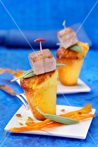 Mini carrot cakes with fried tuna