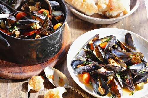 Steamed mussels and white bread