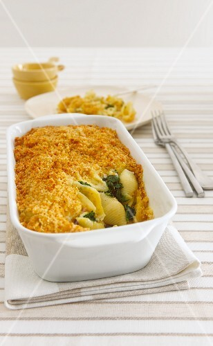Pasta bake with spinach and a crumb crust