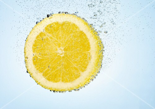 A lemon slice in water with air bubbles