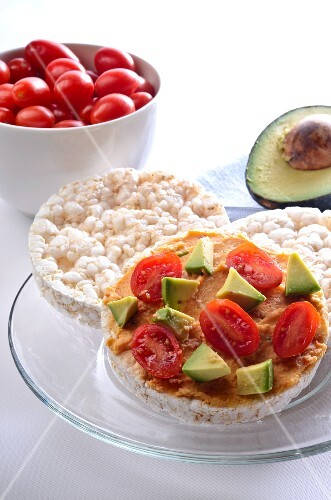 Rice Cakes with Hummus, Tomatoes and Avocado
